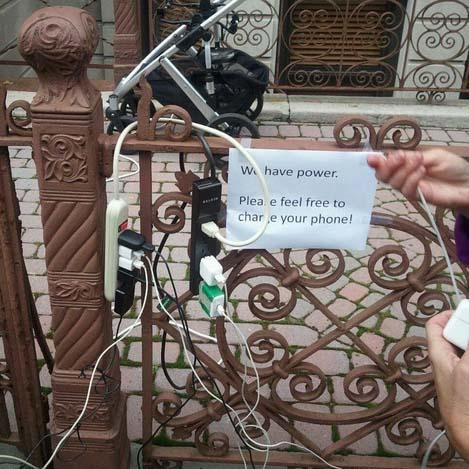 Tenemos electricidad. Por favor, sentíos libres de cargar vuestro teléfono.