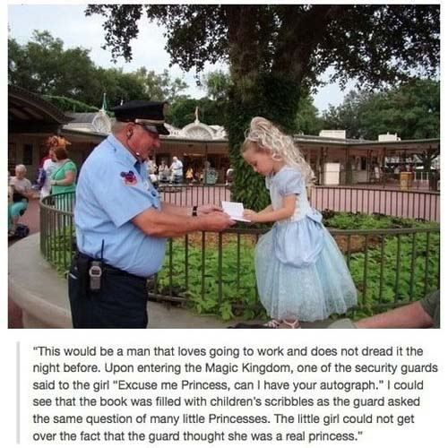 """Este debe ser un hombre al que le encanta ir a trabajar. Al entrar al Reino Mágico, uno de los guardias de seguridad, le dijo a una niña """"perdone princesa, ¿me firmaría un autógrafo?"""". Pude fijarme y me di cuenta que el cuaderno que llevaba estaba lleno de garabatos de otras niñas a las que el guardia le había hecho la misma pregunta. La niña no podía dejar de sorprenderse al pensar que el guardia pensara que era una auténtica princesa."""